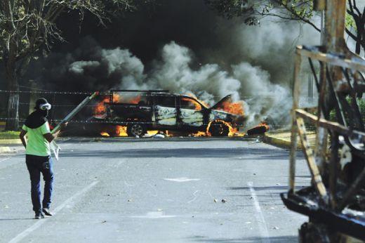 Custodios de la barricada de Los Mangos queman otros dos vehículos de Corpoelec