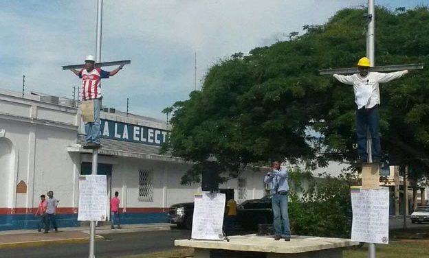 """Empleados de Corpoelec se """"crucifican"""" en señal de protesta"""